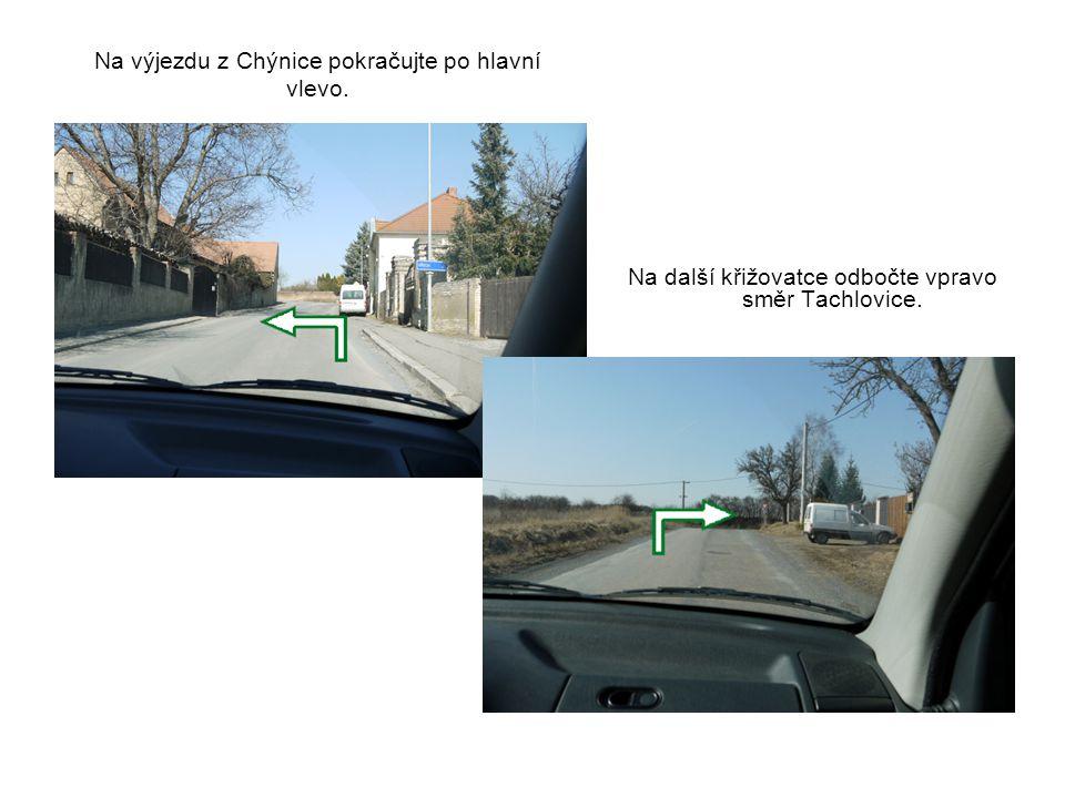 Na výjezdu z Chýnice pokračujte po hlavní vlevo.