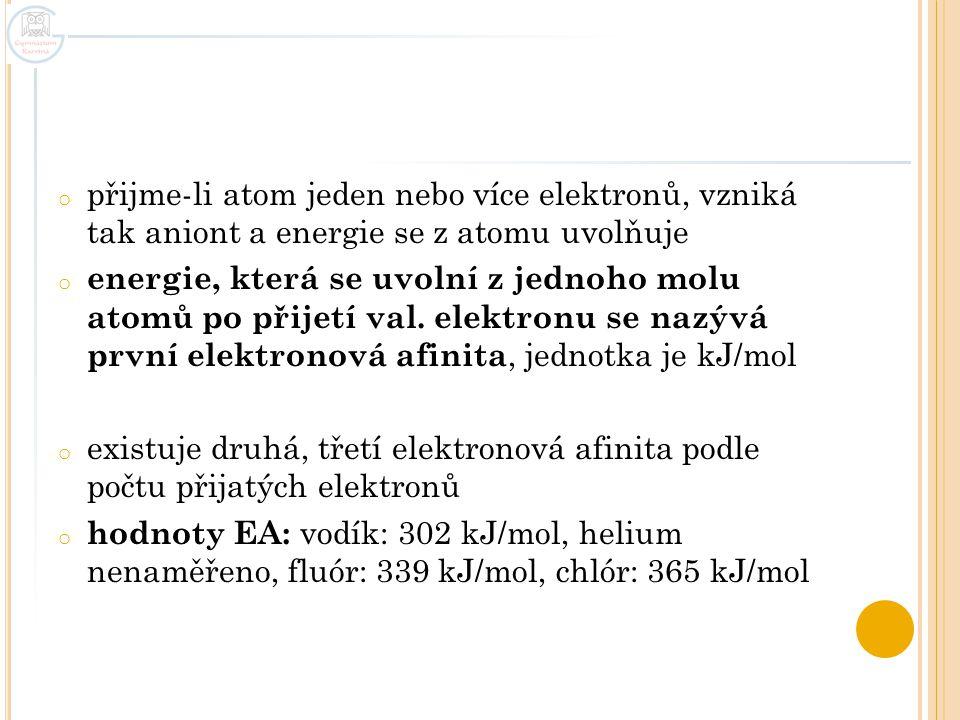 o přijme-li atom jeden nebo více elektronů, vzniká tak aniont a energie se z atomu uvolňuje o energie, která se uvolní z jednoho molu atomů po přijetí