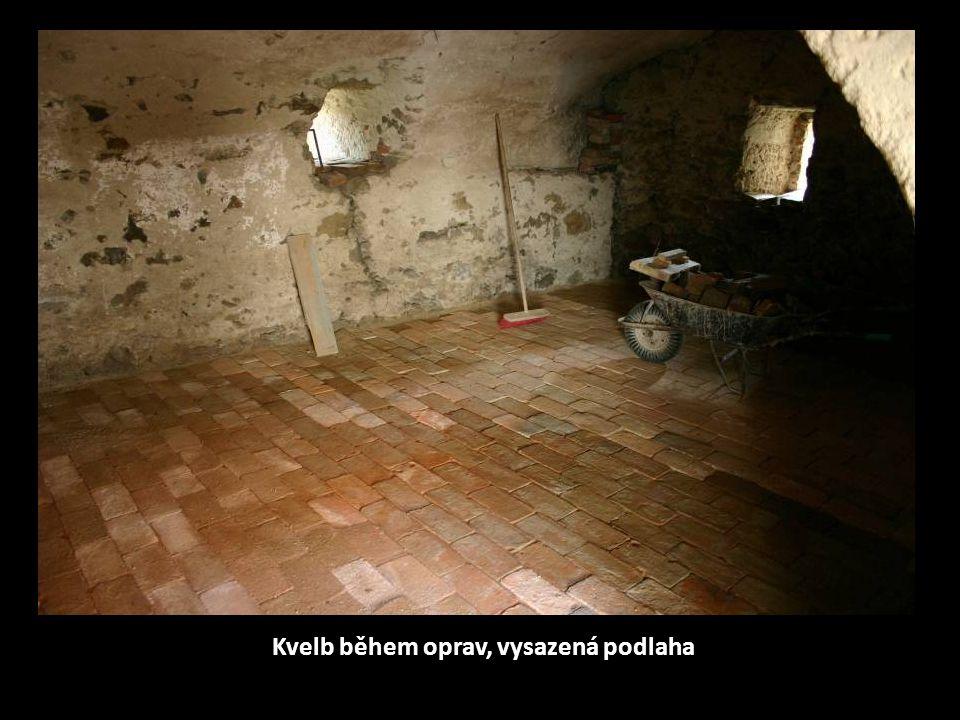 Kvelb během oprav, vysazená podlaha