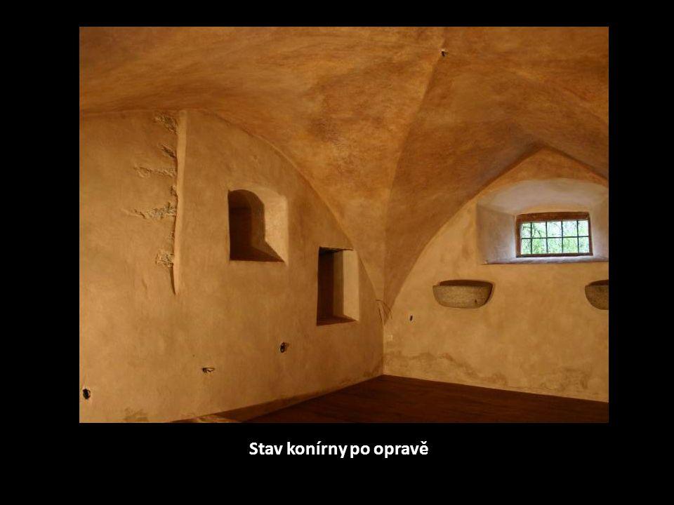 Rekonstruovaná klenba včetně vápenného nátěru a doplněná a navoskovaná dlažba