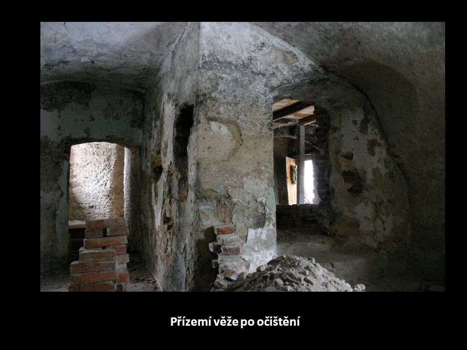 Přízemí věže po očištění