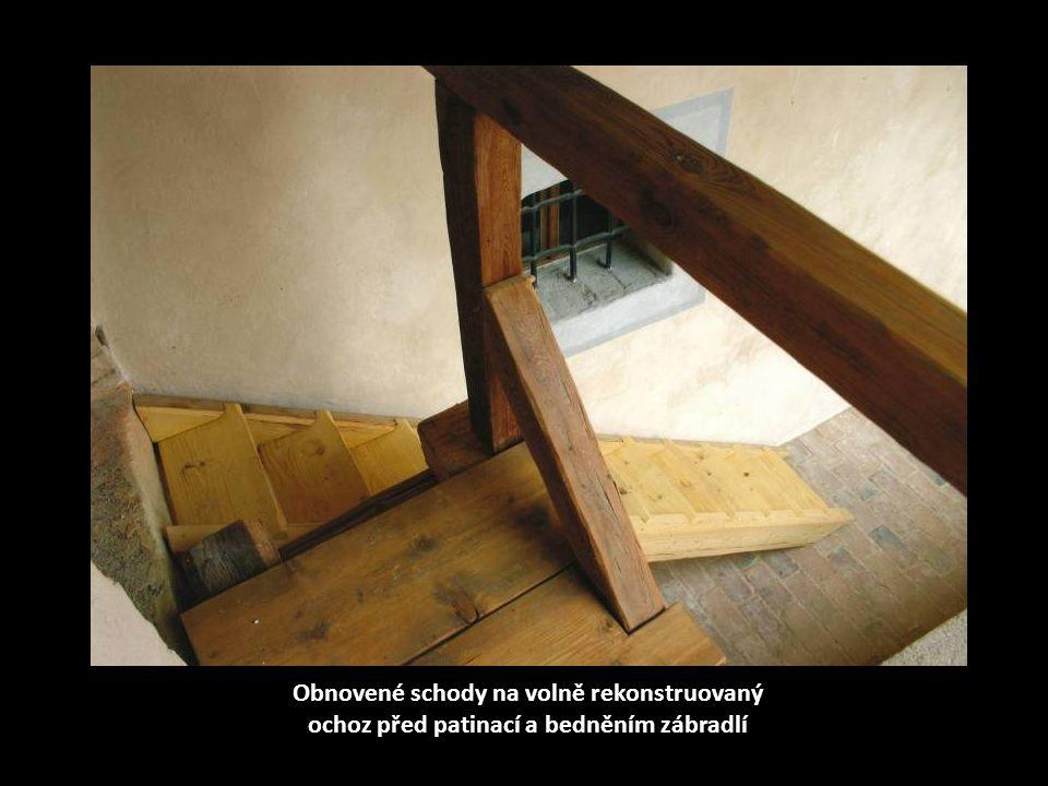 Obnovené schody na volně rekonstruovaný ochoz před patinací a bedněním zábradlí