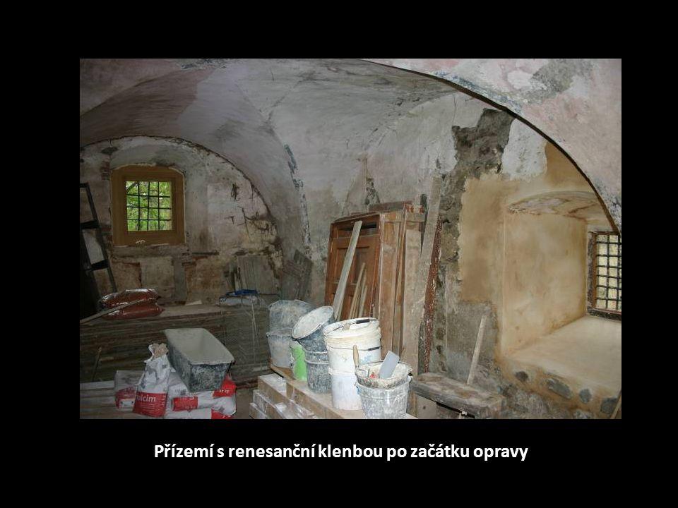 Přízemí s renesanční klenbou během opravy
