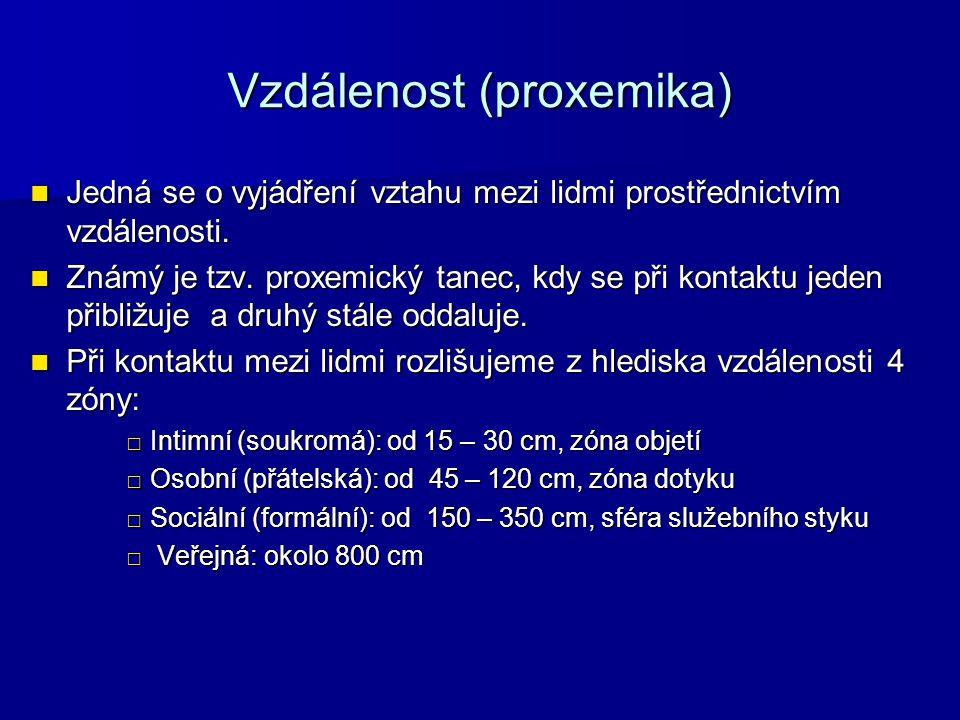 Vzdálenost (proxemika) Jedná se o vyjádření vztahu mezi lidmi prostřednictvím vzdálenosti.