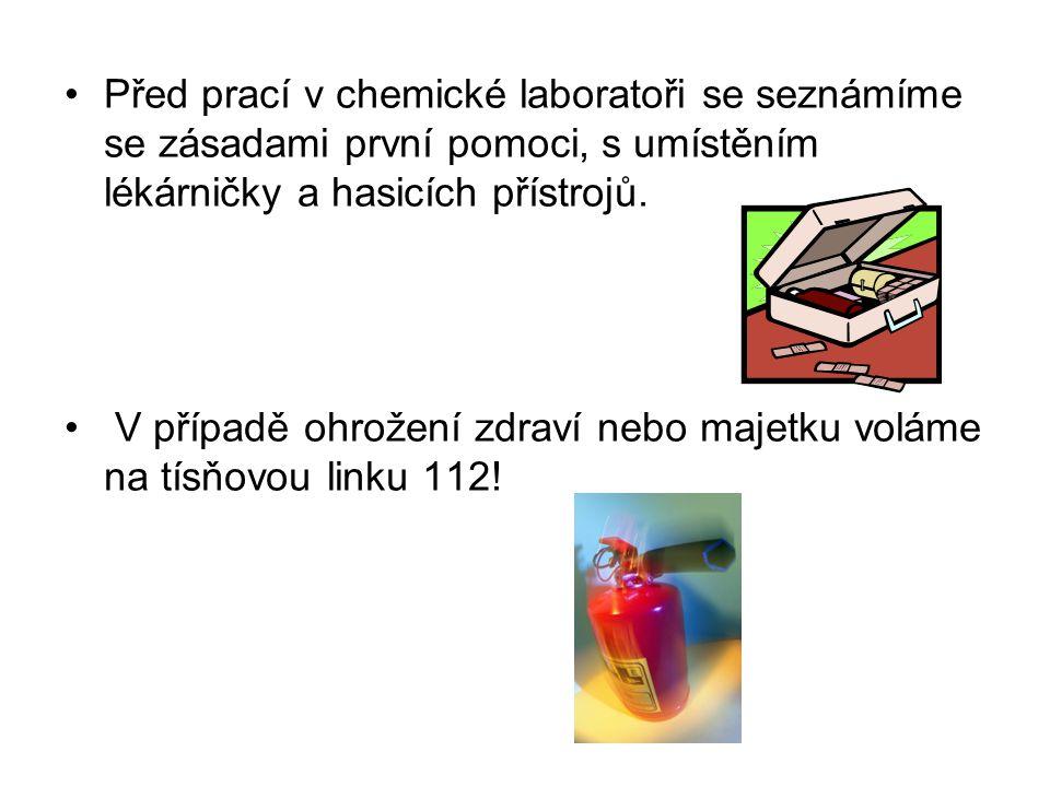 Před prací v chemické laboratoři se seznámíme se zásadami první pomoci, s umístěním lékárničky a hasicích přístrojů. V případě ohrožení zdraví nebo ma
