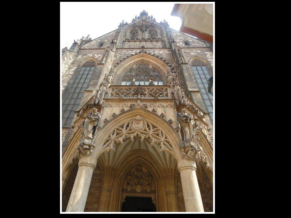 Boční pohled na věž kostela sv. Leopolda-na Vídeňské ulici