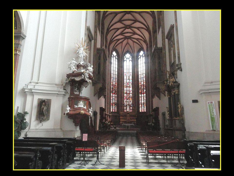 Pohled na kostel-chrám sv.Jakuba, který má věž vysokou 92 m fotografie pořízena z budovy na Nám.