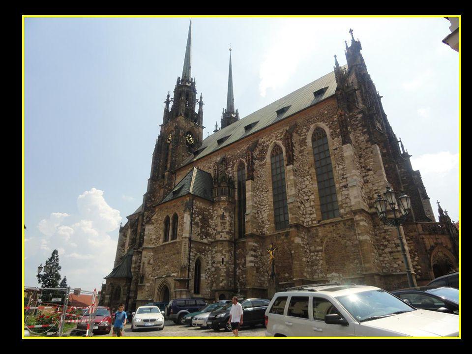 Pohled na věž kostela Neposkvrněného početí Panny Marie a na Křenovou ulici