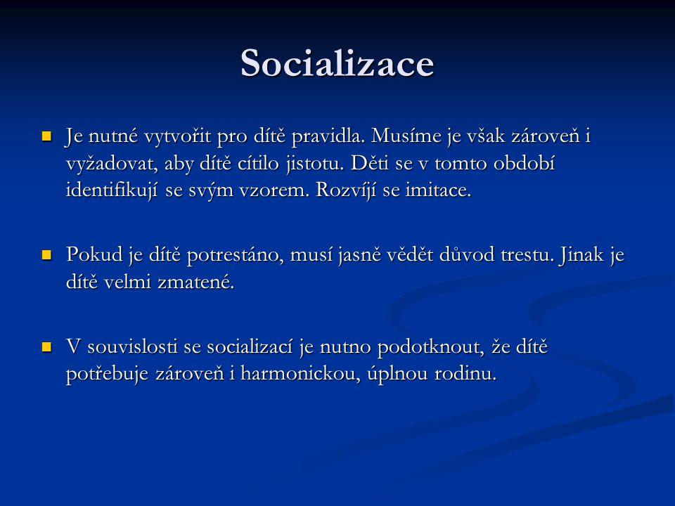 Socializace Je nutné vytvořit pro dítě pravidla. Musíme je však zároveň i vyžadovat, aby dítě cítilo jistotu. Děti se v tomto období identifikují se s