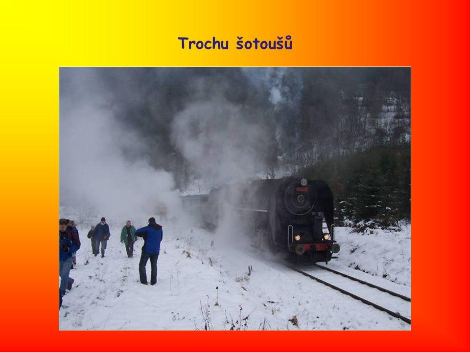 Na Hřebenech po příjezdu vlaku Davy a jenom davy
