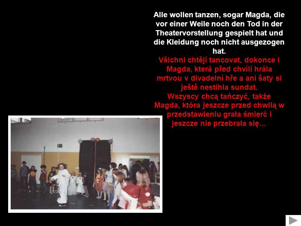 Alle wollen tanzen, sogar Magda, die vor einer Weile noch den Tod in der Theatervorstellung gespielt hat und die Kleidung noch nicht ausgezogen hat.