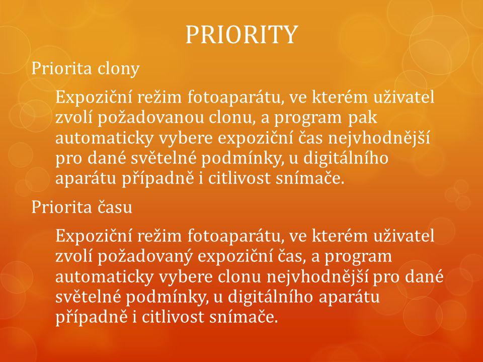 PRIORITY Priorita clony Expoziční režim fotoaparátu, ve kterém uživatel zvolí požadovanou clonu, a program pak automaticky vybere expoziční čas nejvhodnější pro dané světelné podmínky, u digitálního aparátu případně i citlivost snímače.