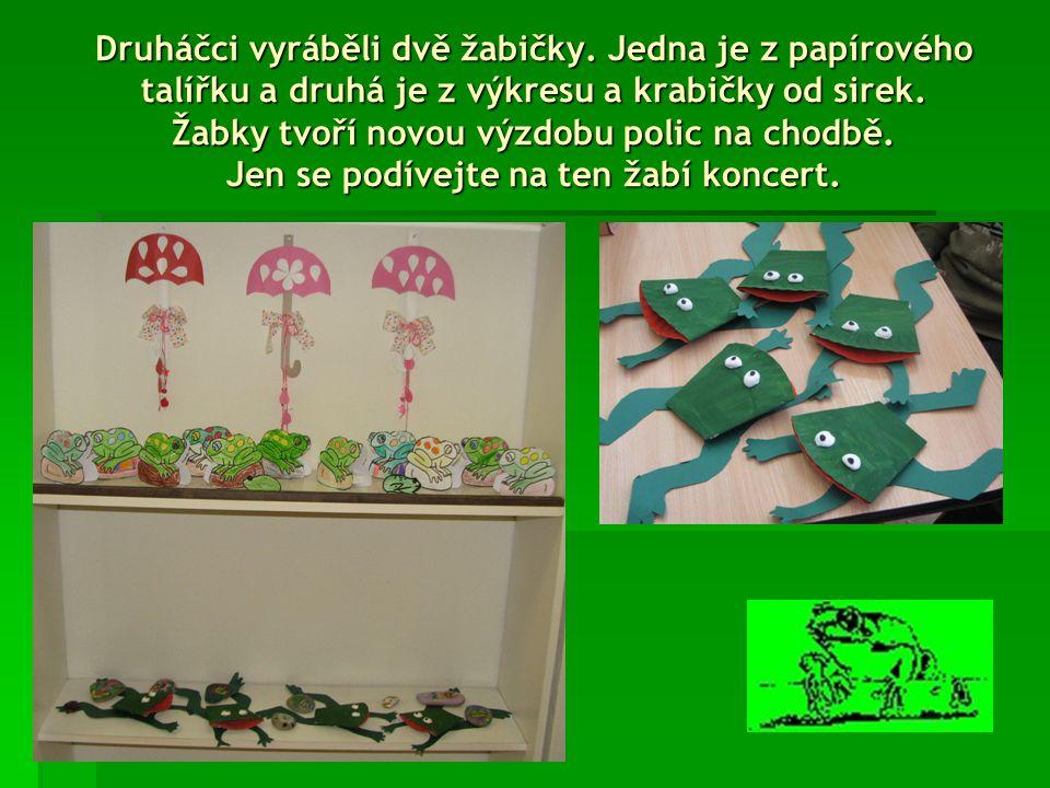Prvňáci paní učitelky Grétky si namalovali krásného žabáčka na dveře třídy.