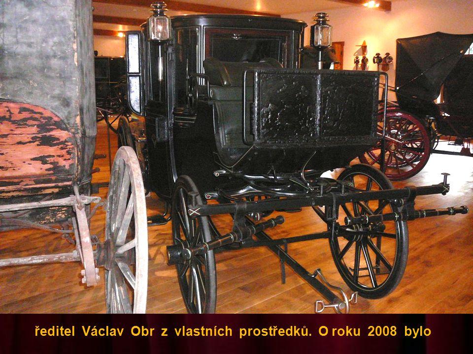 sbírku smutečních vozů. Muzeum začal budovat v r. 2006 sám
