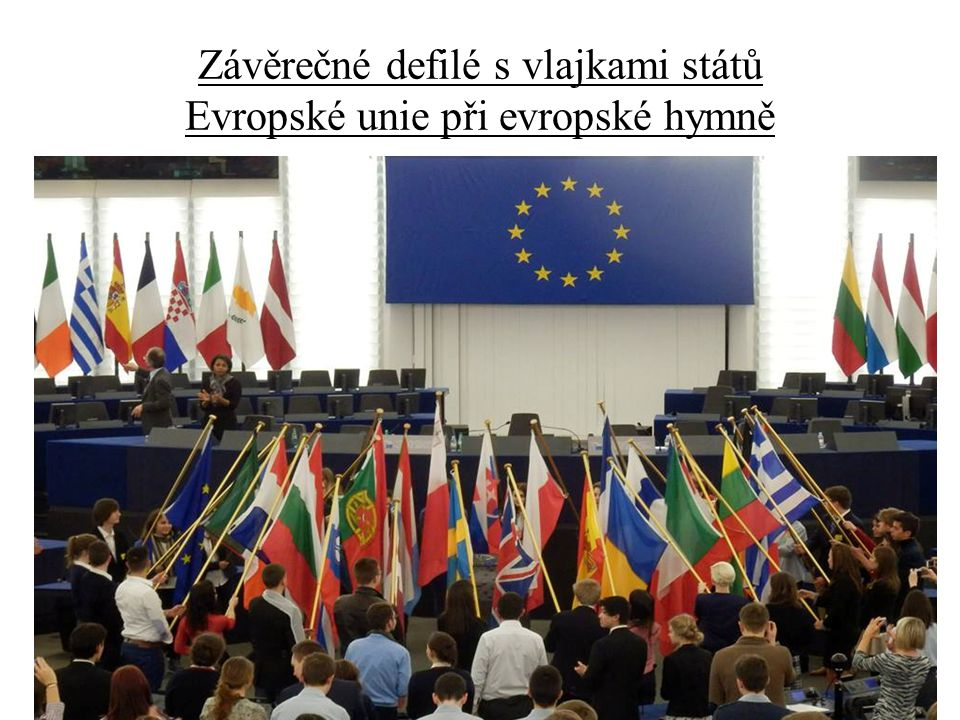 Závěrečné defilé s vlajkami států Evropské unie při evropské hymně