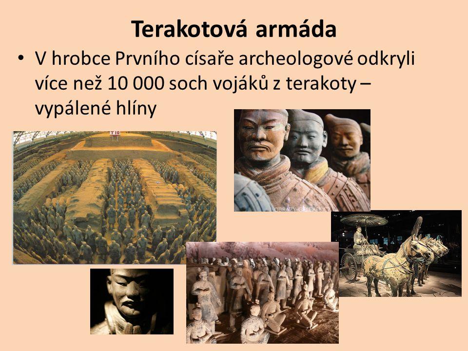 Terakotová armáda V hrobce Prvního císaře archeologové odkryli více než 10 000 soch vojáků z terakoty – vypálené hlíny
