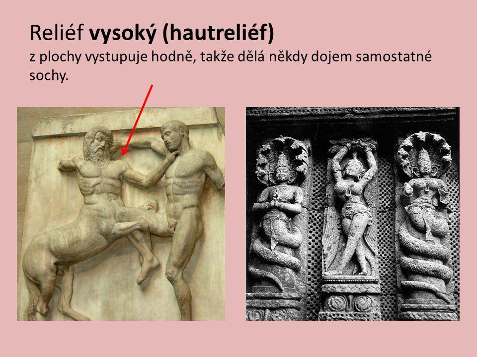 Reliéf vysoký (hautreliéf) z plochy vystupuje hodně, takže dělá někdy dojem samostatné sochy.