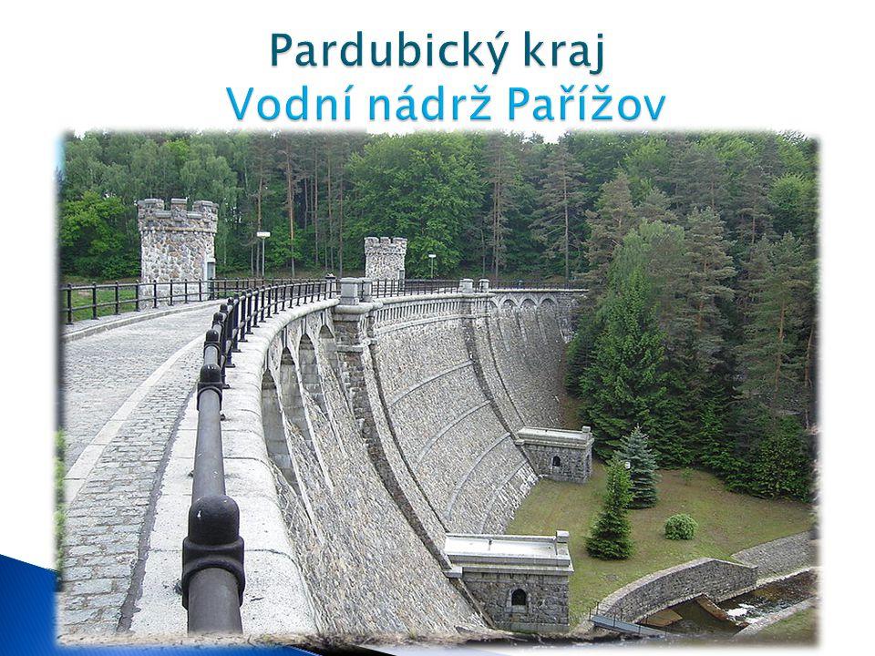 VVodní nádrž Pařížov je gravitační přehrada na řece Doubravě. PPřehradu stavělo na 500 dělníků v letech 1910 - 1913.Rok předtím byla postavena obt