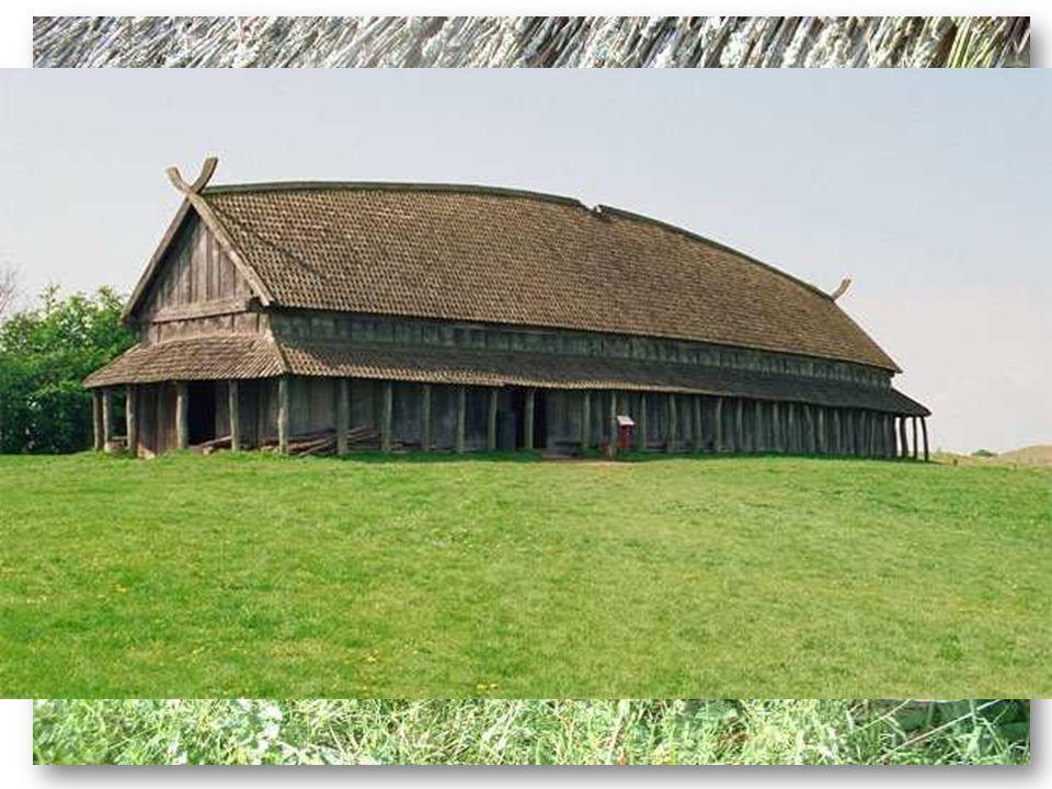 - objev ve městě Hedeby zbytky dřevěných stavení, stěny podepřené kůly, životnost cca 30 let - typ Trelleborg v Dánsku,ohnuté dlouhé zdi, zatočený střešní hřeben, z kůlů a měly podpěrné prvky, 2 vchody, vnitřek ze třech místností: ústřední předsíň (s ústředním krbem) a dvě menší místnosti