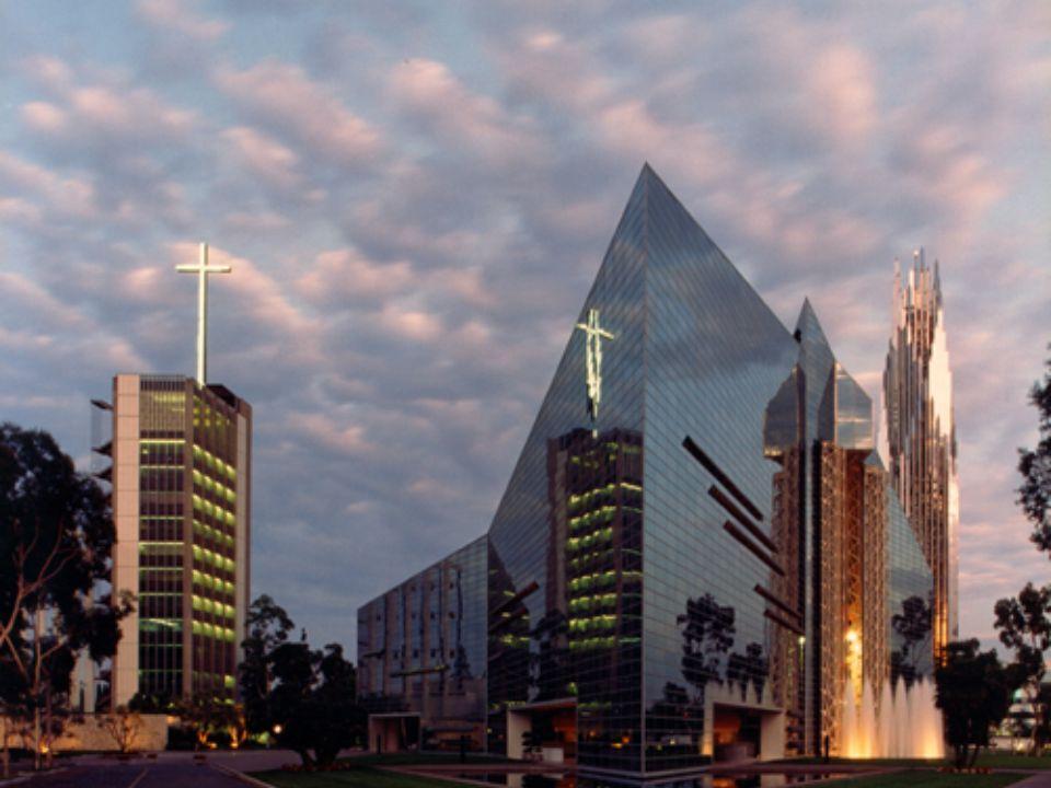 Křišťálová Katedrála se nachází několik kilometrů od Disneylandu v Orange County. Největší stavba na světě byla zahájena v roce 1995. Křišťálovou kate
