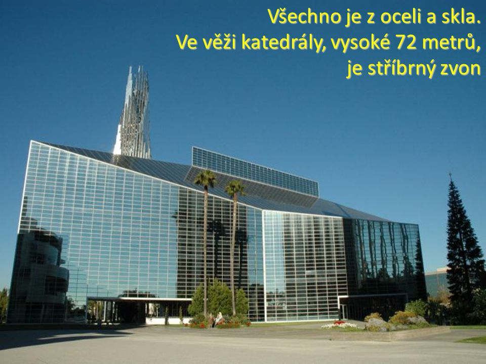 Všechno je z oceli a skla. Ve věži katedrály, vysoké 72 metrů, je stříbrný zvon