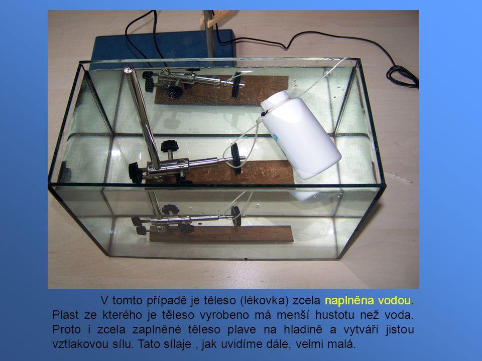 V tomto případě je těleso (lékovka) zcela naplněna vodou. Plast ze kterého je těleso vyrobeno má menší hustotu než voda. Proto i zcela zaplněné těleso
