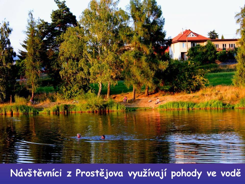 Návštěvníci z Prostějova využívají pohody ve vodě