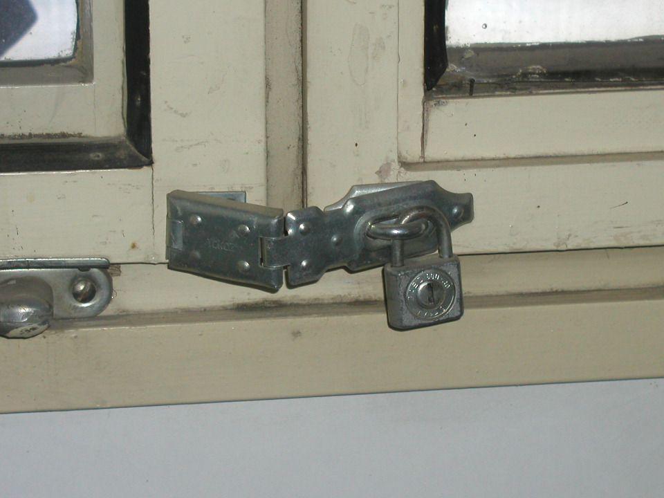 Účinnost mechanických zábranných prostředků při ochraně oken a dveří obydlí umocňuje instalace elektronického zabezpečovacího systému (EZS).