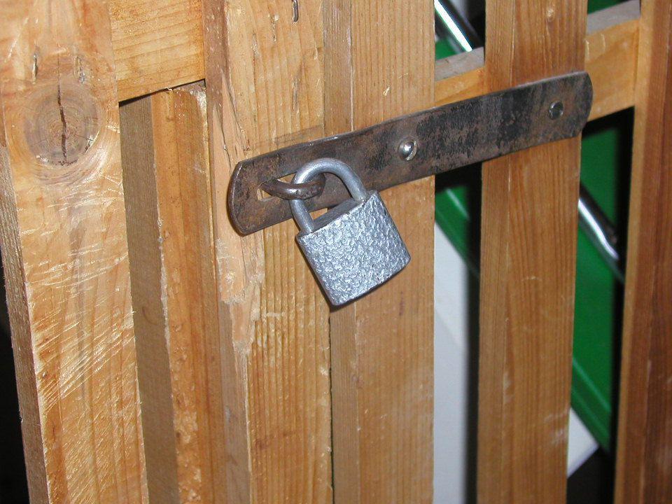 Ochrana a zabezpečení bytů V přízemí domu je riziko vloupání zloděje do bytu největší (okna snadno přístupná z ulice, nezabezpečené vstupní dveře do domu a bytu).