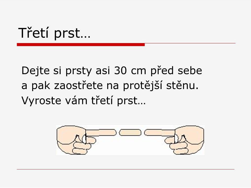 Třetí prst… Dejte si prsty asi 30 cm před sebe a pak zaostřete na protější stěnu.
