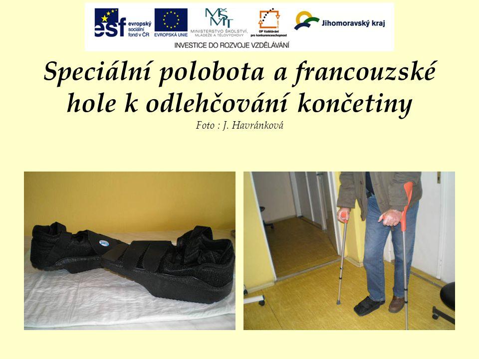 Speciální polobota a francouzské hole k odlehčování končetiny Foto : J. Havránková
