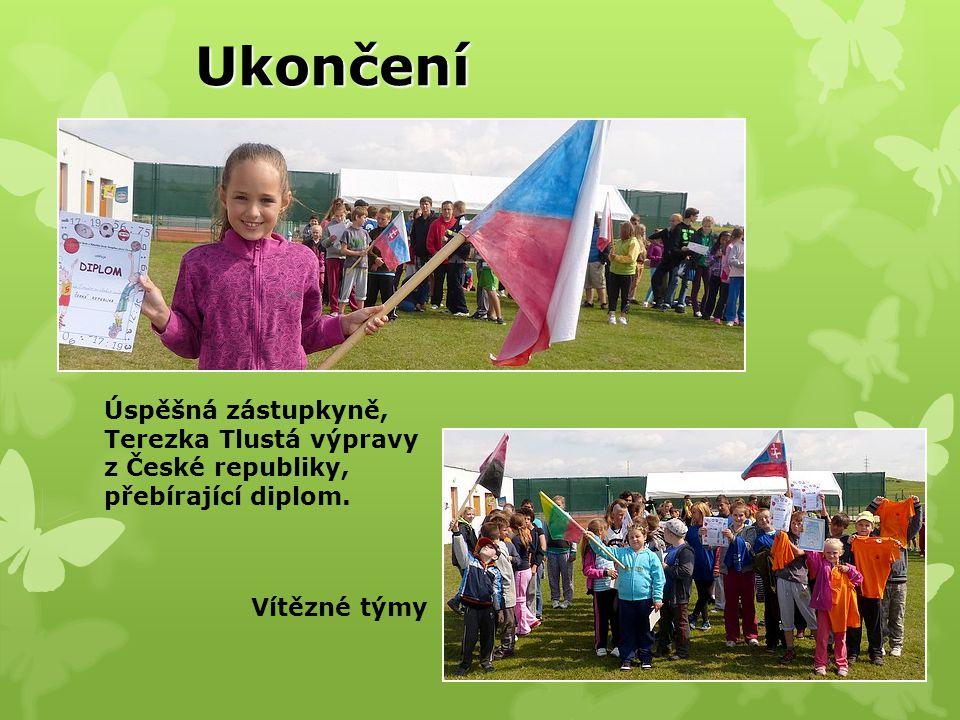 Ukončení Úspěšná zástupkyně, Terezka Tlustá výpravy z České republiky, přebírající diplom.