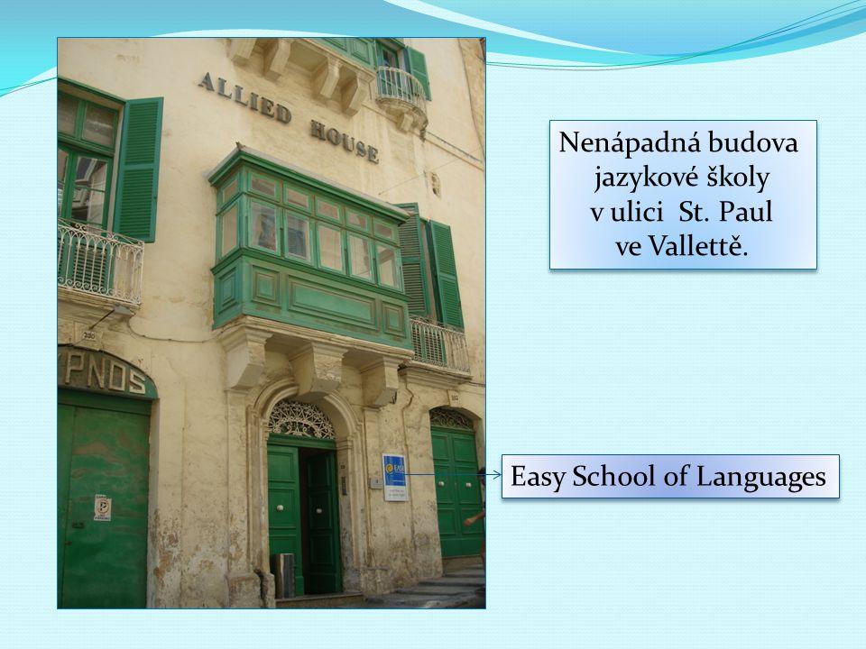 Nenápadná budova jazykové školy v ulici St.Paul ve Vallettě.