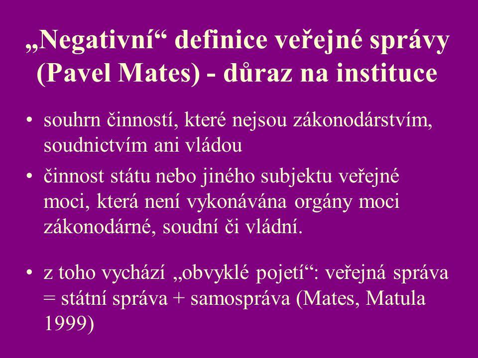 """""""Negativní"""" definice veřejné správy (Pavel Mates) - důraz na instituce souhrn činností, které nejsou zákonodárstvím, soudnictvím ani vládou činnost st"""