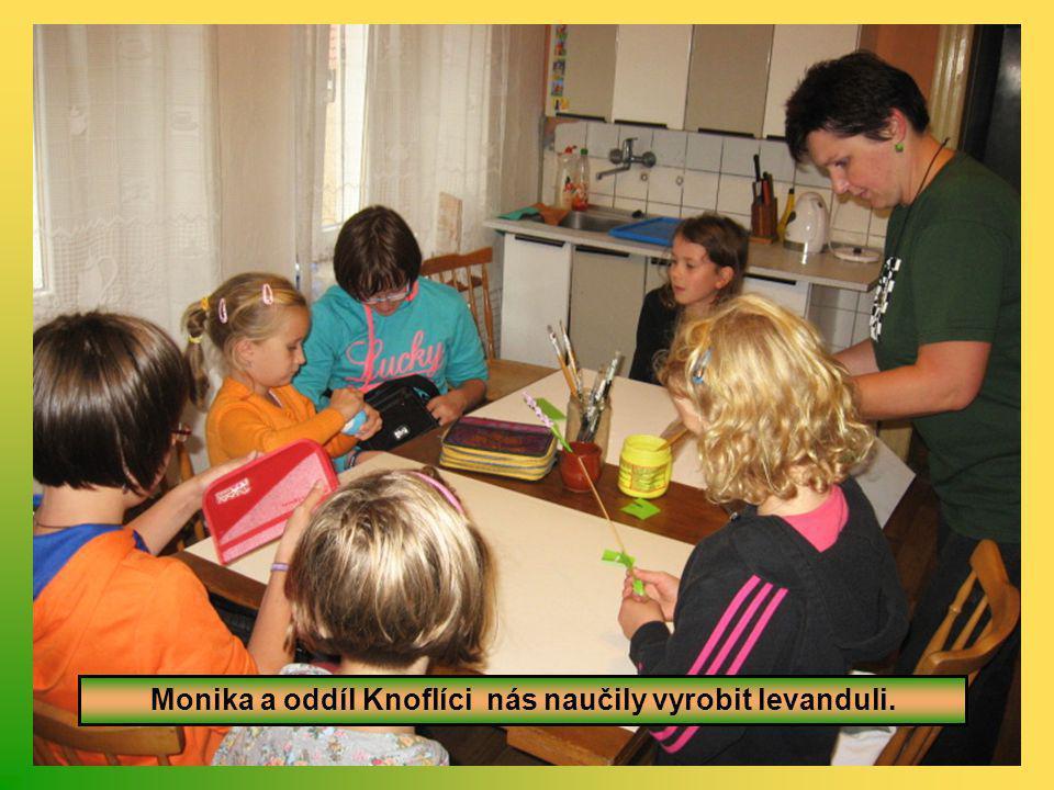Monika a oddíl Knoflíci nás naučily vyrobit levanduli.