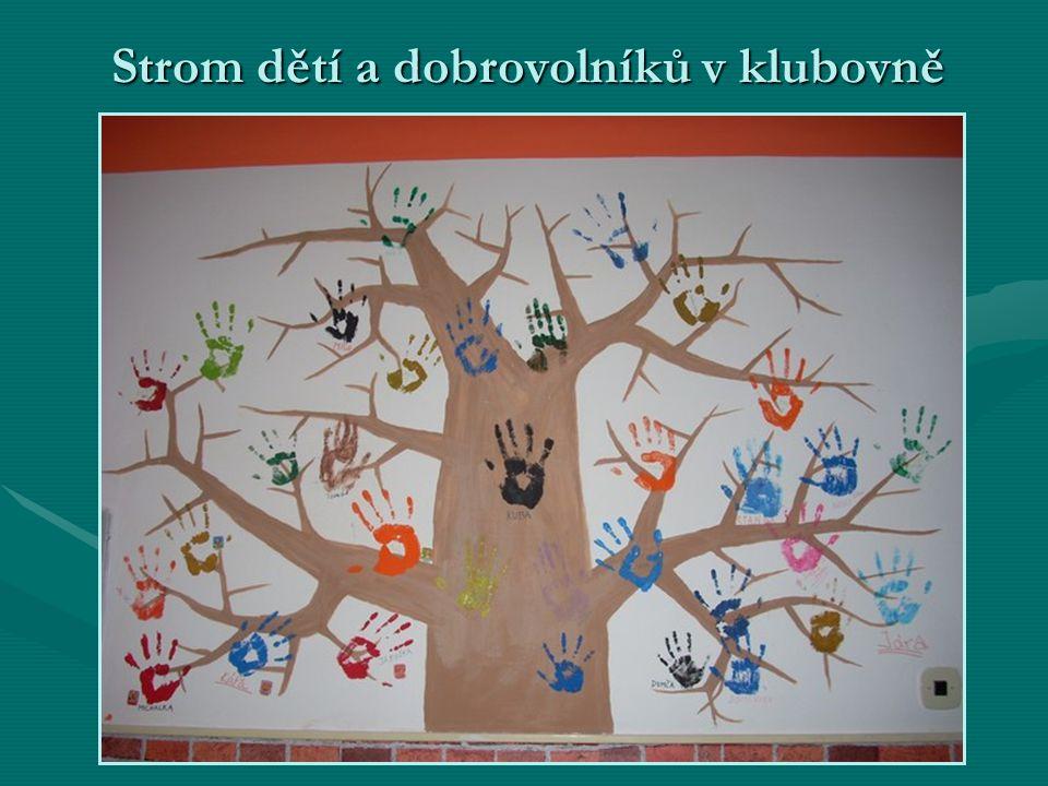 Strom dětí a dobrovolníků v klubovně Strom dětí a dobrovolníků v klubovně