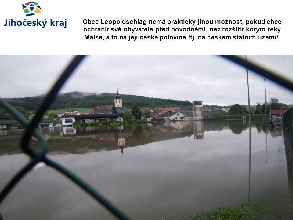 Obec Leopoldschlag nemá prakticky jinou možnost, pokud chce ochránit své obyvatele před povodněmi, než rozšířit koryto řeky Malše, a to na její české polovině /tj.