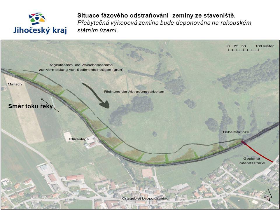 Situace fázového odstraňování zeminy ze staveniště. Přebytečná výkopová zemina bude deponována na rakouském státním území. Směr toku řeky