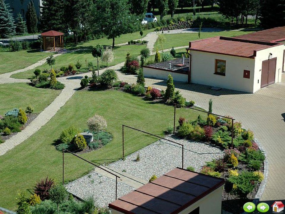 10 ZahradaZahrada Pohled na budovu zařízení ze zahrady