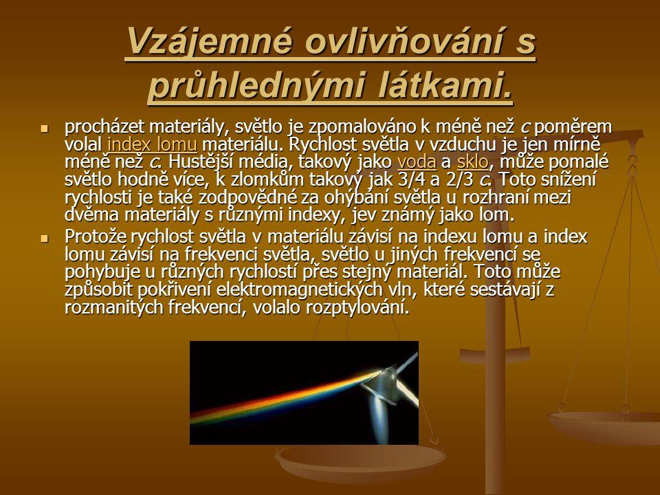 Vzájemné ovlivňování s průhlednými látkami. procházet materiály, světlo je zpomalováno k méně než c poměrem volal index lomu materiálu. Rychlost světl