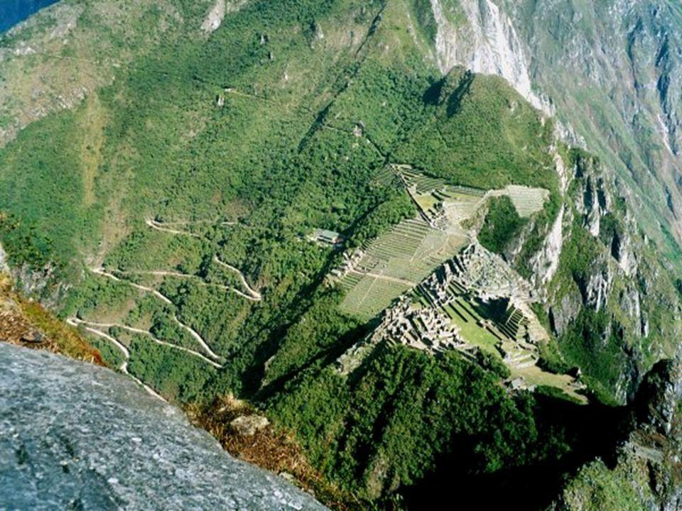 Ruiny města Inků Machu Picchu byly znovu objeveny až v roce 1911. Tento komplex se nachází nad údolím řeky Urubamba ve výšce 2430m v horách Cordillere