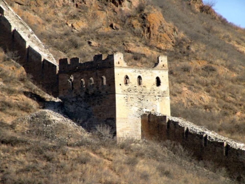 Vnější stěny byly vytvořeny z vylámaného kamene, vnitřek zdi pak byl vyplněn vším tím co bylo po ruce: zemina, vykácené stromy, kameny i mrtvoly stave