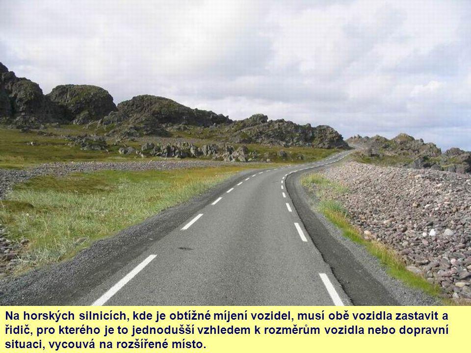 Na horských silnicích, kde je obtížné míjení vozidel, musí obě vozidla zastavit a řidič, pro kterého je to jednodušší vzhledem k rozměrům vozidla nebo