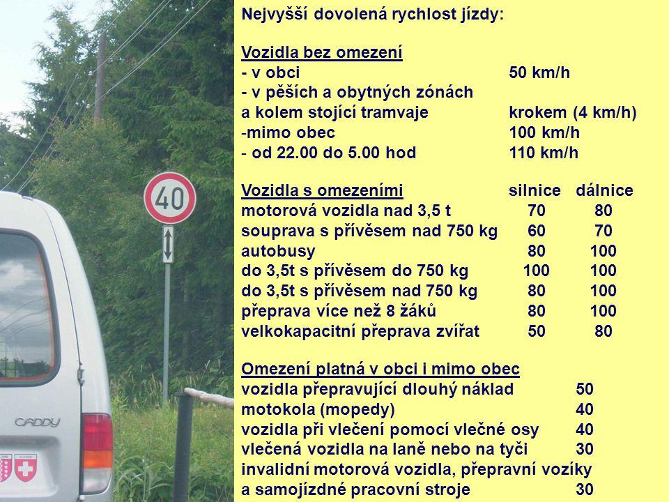 Nejvyšší dovolená rychlost jízdy: Vozidla bez omezení - v obci 50 km/h - v pěších a obytných zónách a kolem stojící tramvajekrokem (4 km/h) -mimo obec