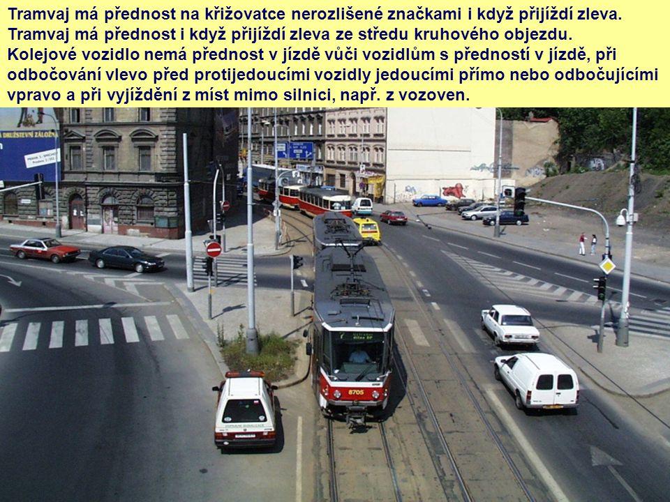 Tramvaj má přednost na křižovatce nerozlišené značkami i když přijíždí zleva. Tramvaj má přednost i když přijíždí zleva ze středu kruhového objezdu. K