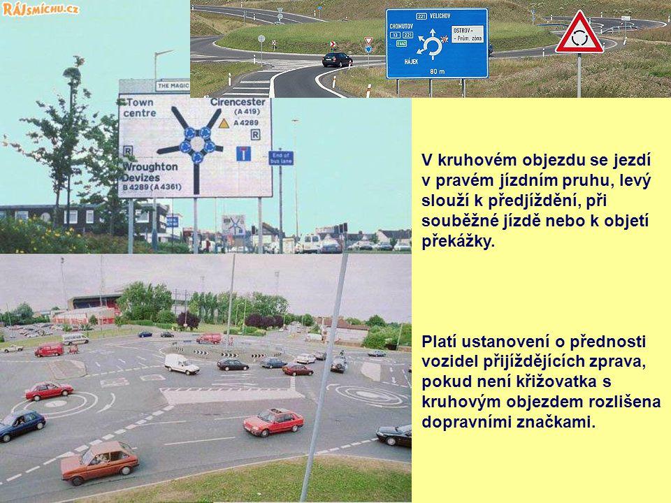 V kruhovém objezdu se jezdí v pravém jízdním pruhu, levý slouží k předjíždění, při souběžné jízdě nebo k objetí překážky. Platí ustanovení o přednosti