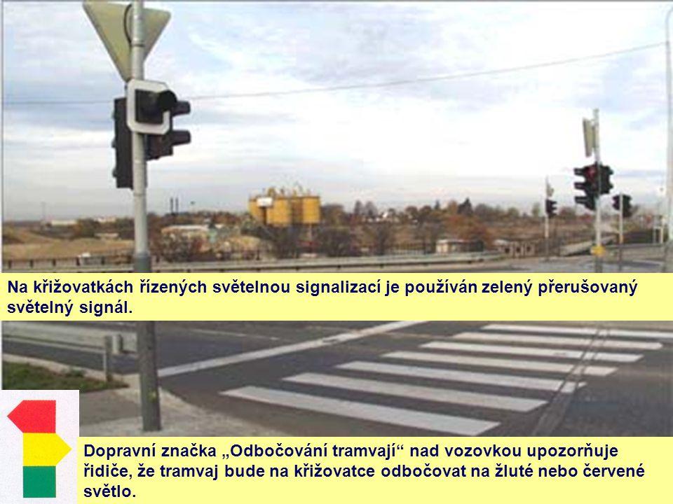 """Na křižovatkách řízených světelnou signalizací je používán zelený přerušovaný světelný signál. Dopravní značka """"Odbočování tramvají"""" nad vozovkou upoz"""