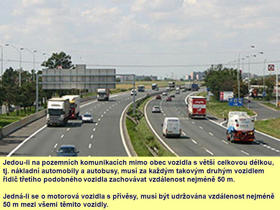 Jedou-li na pozemních komunikacích mimo obec vozidla s větší celkovou délkou, tj. nákladní automobily a autobusy, musí za každým takovým druhým vozidl