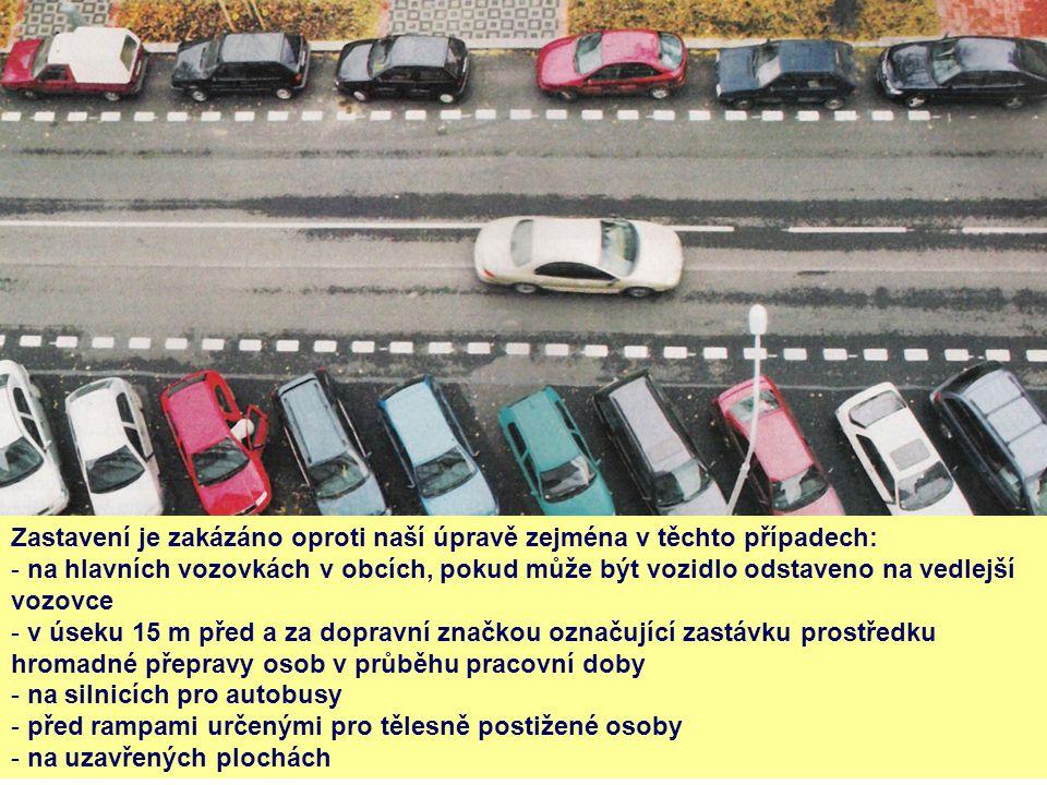 Zastavení je zakázáno oproti naší úpravě zejména v těchto případech: - na hlavních vozovkách v obcích, pokud může být vozidlo odstaveno na vedlejší vo