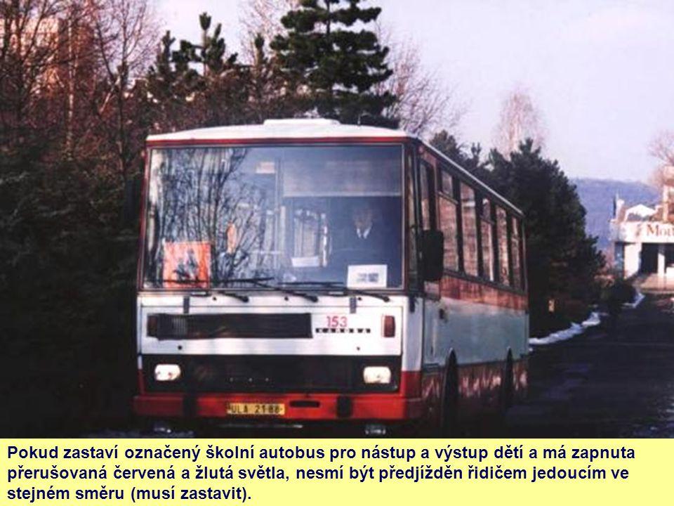 Pokud zastaví označený školní autobus pro nástup a výstup dětí a má zapnuta přerušovaná červená a žlutá světla, nesmí být předjížděn řidičem jedoucím